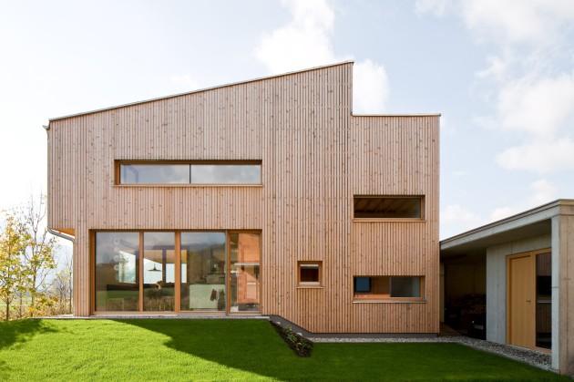 modernes Holzhaus mit Garten