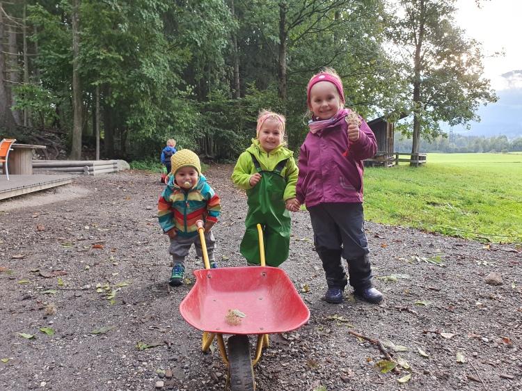 3 Kinder im Waldkindergarten